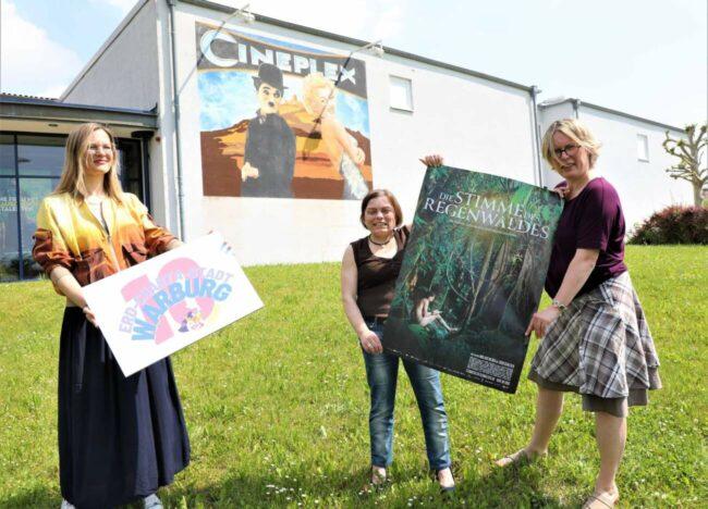 Erd-Charta-Festival Warburg meets Cineplex: Valeria Geritzen (Erd-Charta Ideenwerkstatt Warburg) mit Judith Schlinker und Ute Schlinker (Cineplex Warburg, v.l.)