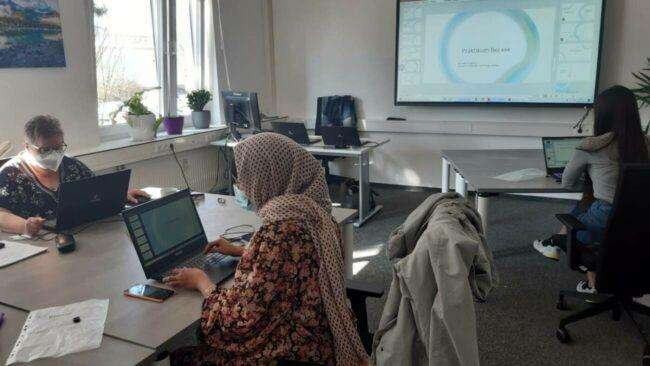 Kleine Gruppen für große Konzentration: Die teilnehmenden Frauen arbeiten individuell, aber mit der nötigen Unterstützung von anderen Kursmitwirkenden. | (c) Die Bildungsarchitekten