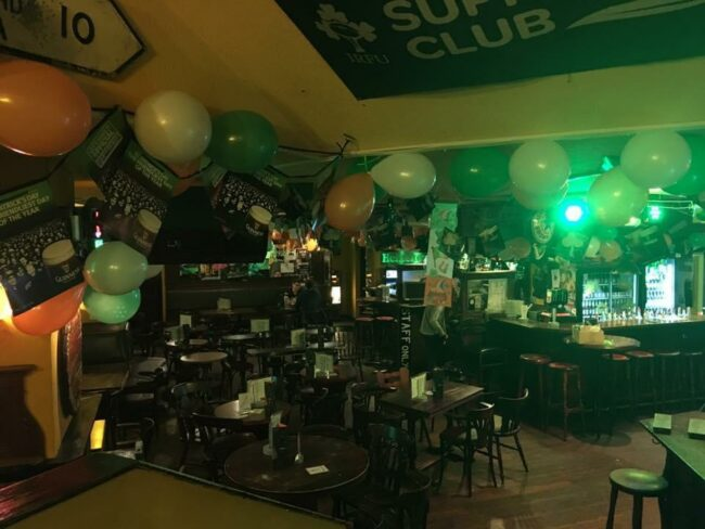 Dieses Jahr zur Fußball-Europameisterschaft wird sicher genauso schön geschmückt sein: Das »Shamrock« am St. Patrick's Day. | (c) Shamrock