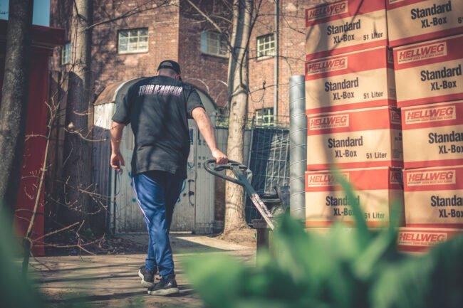 Jede Spende zählt! Die freiwilligen Helfer der Hardcore Help Foundation unterstützen die europäischen Flüchtlingsunterkünfte seit 2020. | (c) Plunchbecken