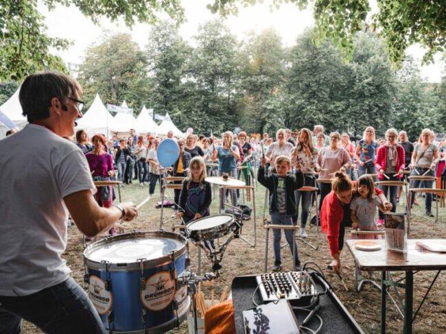 Motto bei Drumbobs Rudeltrommeln: Mitmachen und Draufhauen macht Spaß. | (c) Philipp Steinhoff