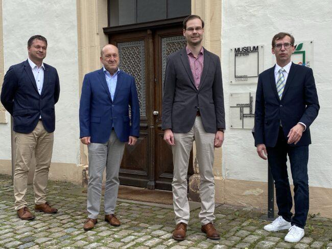 Das Warburger Museum im Stern hat einen neuen Leiter: Dr. Alexander Schwerdtfeger-Klaus (2.v.r.), hier bei seiner offiziellen Vorstellung mit Olaf Krane, Klaus Braun (Stadt Warburg) und Bürgermeister Tobias Scherf (v.l.)