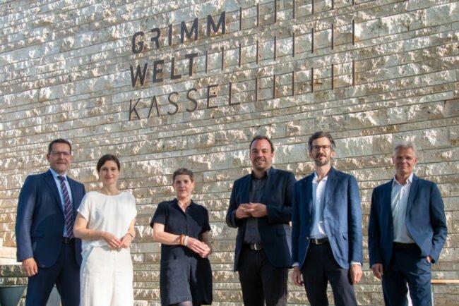 v.l.n.r.: Jochen Johannink (Vorstand der Kasseler Sparkasse), Dr. Susanne Völker (Kulturdezernentin), Felicitas Hoppe, Oberbürgermeister Chistian Geselle, Lukas Linder, Dr. Friedrich Block (Kurator der Stiftung Brückner-Kühner)   (c) Anja Köhne (Stiftung Brückner-Kühner)