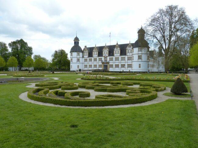 Im Garten des Schlosses Neuhaus in Paderborn liegt der Schloss- und Auenpark - nicht nur optisch ansprechend, sondern auch ein vielfältiges Veranstaltungsareal | (c) Pixabay