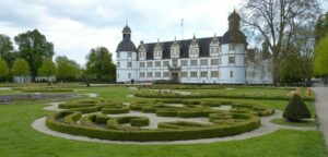 Im Garten des Schlosses Neuhaus in Paderborn liegt der Schloss- und Auenpark - nicht nur optisch ansprechend, sondern auch ein vielfältiges Veranstaltungsareal   (c) Pixabay