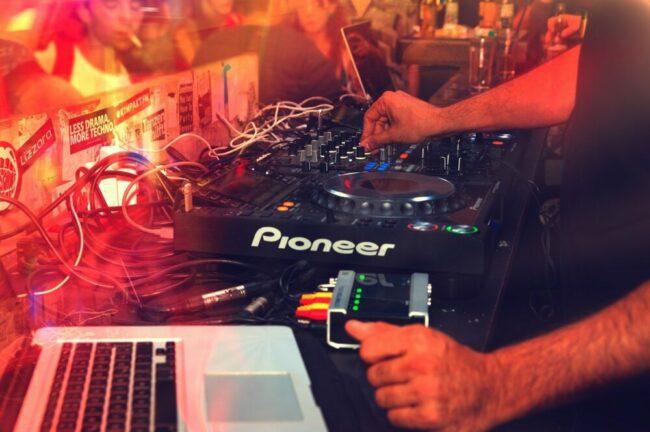 Party - DJ Set - Club - Archivfoto (c) Pexels auf Pixabay