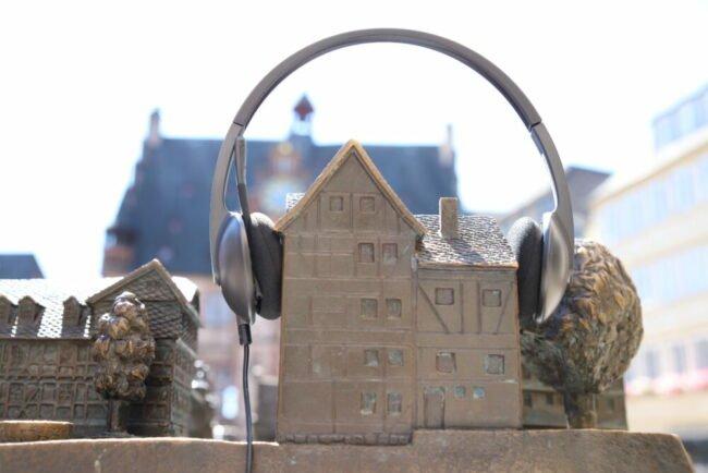 """Auf die Ohren für Marburg: Der Podcast """"Hör mal Marburg"""" erscheint nun seit einem Jahr alle 14 Tage und informiert über das, was die Stadtverwaltung macht. (Foto: Simone Batz, Stadt Marburg)"""