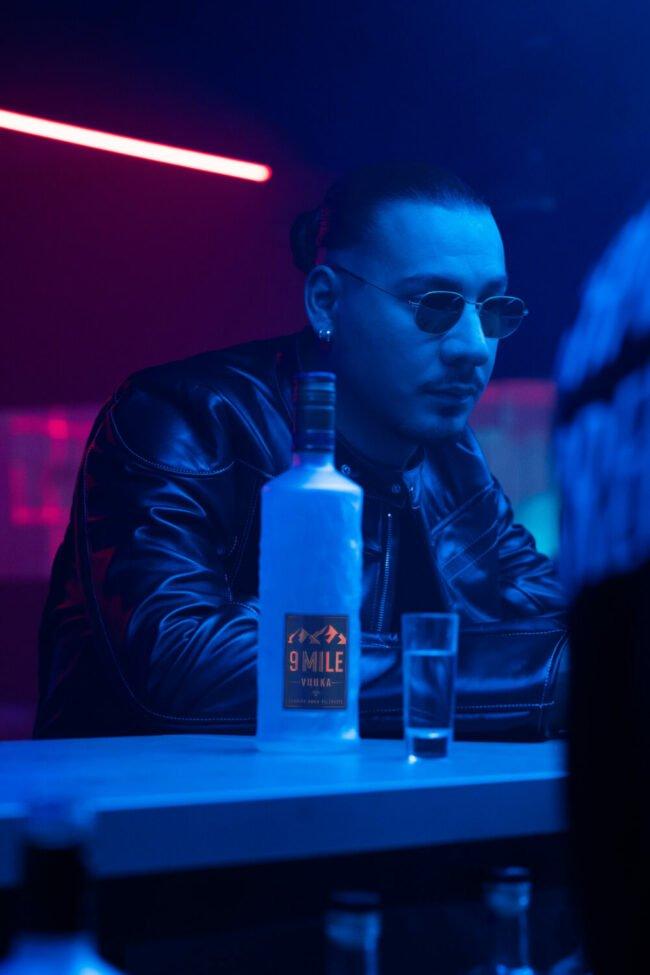 Ww-Gewinnspiel: Apache 207 in seinem neuen Musikvideo mit der 9 Mile Vodka Flasche die wir hier verlosen!   (c) MBG Group