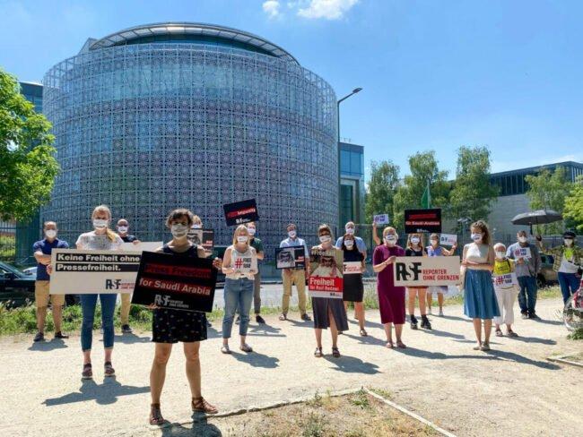 Preisverleihung »Das Glas der Vernunft« im Opernhaus - Von »Reporter ohne Grenzen« organisierte Mahnwache für den inhaftierten Blogger Raif Badawi 2021 | (c) Reporter ohne Grenzen