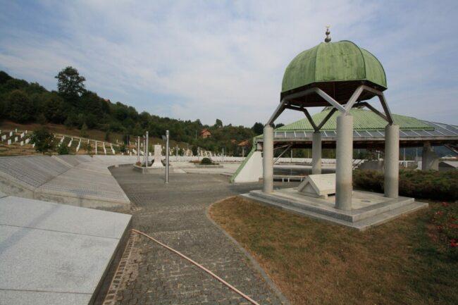 In Bosnien stehen viele Gedenkstätten, wie diese auf dem Bild, die an die Opfer des Bürgerkrieges erinnern. Ratko Mladić ist einer der Mittäter:innen des Massakers. Seine Geschichte bildet den Kern der Dokumentation. | (c) pixabay