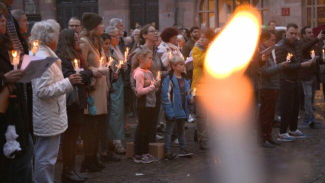"Dsingt Menschen singen mit Kerzen | (c) Initiative ""3. Oktober – Deutschland singt"""