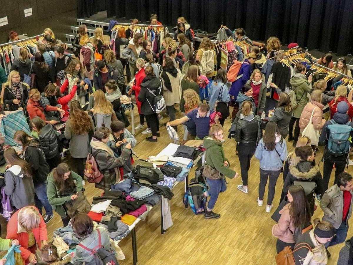 KleidertauschParty: Tauschen statt Kaufen - Wie viel Kleidung brauche ich wirklich?